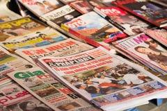 Hanoi, Vietname - 28 de fevereiro de 2016: Jornais vietnamianos para a venda no suporte de notícia na rua de Hanoi Fotos de Stock