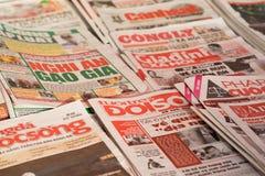 Hanoi, Vietname - 28 de fevereiro de 2016: Jornais vietnamianos para a venda no suporte de notícia na rua de Hanoi Foto de Stock Royalty Free