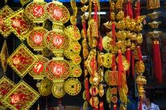 Hanoi, Vietname - 26 de janeiro de 2017: Decoração e flor pelo ano novo lunar vietnamiano para a venda na rua de Hang Ma Imagens de Stock Royalty Free