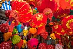 Hanoi, Vietname - 26 de janeiro de 2017: Lanternas do festival de Tet na rua de Hang Ma, quarto velho, Hanoi, Vietname Imagem de Stock Royalty Free