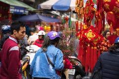 Hanoi, Vietname - 26 de janeiro de 2017: Os povos tomam uma decoração e uma flor de compra da caminhada pelo ano novo lunar vietn Foto de Stock Royalty Free