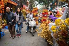 Hanoi, Vietname - 26 de janeiro de 2017: Os povos tomam uma decoração e uma flor de compra da caminhada pelo ano novo lunar vietn Imagens de Stock