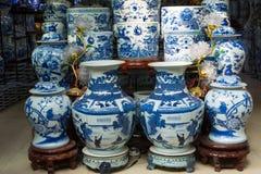 Hanoi, Vietname - 25 de janeiro de 2015: Produtos da cerâmica em uma loja na vila cerâmica antiga de Trang do bastão A vila de Tr Foto de Stock