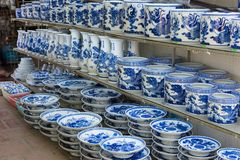 Hanoi, Vietname - 25 de janeiro de 2015: Produtos da cerâmica em uma loja na vila cerâmica antiga de Trang do bastão A vila de Tr Foto de Stock Royalty Free