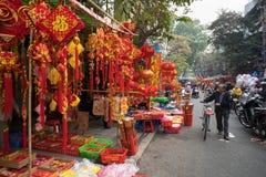 Hanoi, Vietname - 26 de janeiro de 2017: A rua de Hang Ma alguns dias antes do ano novo lunar vietnamiano, é bonita com muita dec Imagem de Stock Royalty Free