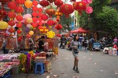 Hanoi, Vietname - 26 de janeiro de 2017: A rua de Hang Ma alguns dias antes do ano novo lunar vietnamiano, é bonita com muita dec Fotos de Stock