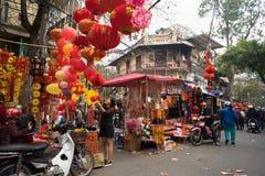 Hanoi, Vietname - 26 de janeiro de 2017: A rua de Hang Ma alguns dias antes do ano novo lunar vietnamiano, é bonita com muita dec Foto de Stock Royalty Free