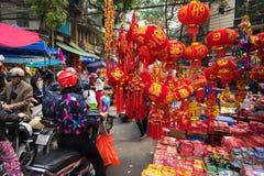 Hanoi, Vietname - 26 de janeiro de 2017: A rua de Hang Ma alguns dias antes do ano novo lunar vietnamiano, é bonita com muita dec Fotografia de Stock Royalty Free