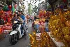 Hanoi, Vietname - 26 de janeiro de 2017: A rua de Hang Ma alguns dias antes do ano novo lunar vietnamiano, é bonita com muita dec Imagem de Stock