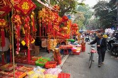 Hanoi, Vietname - 26 de janeiro de 2017: A rua de Hang Ma alguns dias antes do ano novo lunar vietnamiano, é bonita com muita dec Fotografia de Stock