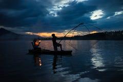 Hanoi, Vietname - 12 de junho de 2016: Lago dong Mo com um par fishers que travam peixes pela armadilha líquida no período bonito Imagens de Stock