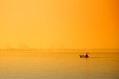 Hanoi, Vietname - 18 de maio de 2013: A movimentação do homem seu barco em torno do lago ocidental Foto de Stock