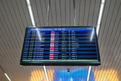 Hanoi, Vietname - 26 de março de 2016: Placa do calendário do voo em Noi Bai International Airport Imagens de Stock