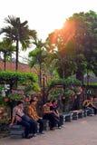 Hanoi, Vietname - 31 de março de 2019: Povos que descansam em bancos no centro do capital de Hanoi fotos de stock royalty free