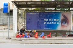Hanoi, Vietname - 29 de março de 2015: Uma estação de ônibus com uma tenda da bebida usando o espaço dentro da estação na rua de  Fotografia de Stock