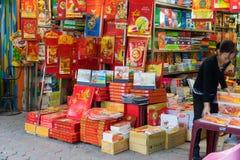 Hanoi, Vietname - 16 de novembro de 2014: Grupo do calendário do ano novo indicado na venda em umas livrarias pequenas na rua de  Foto de Stock
