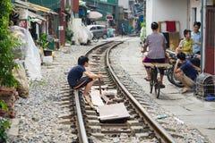 Hanoi, Vietname - 8 de novembro de 2015: O jogo de crianças em nenhumas barreiras treina a estrada de ferro em Hanoi Fotografia de Stock Royalty Free