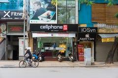 Hanoi, Vietname - 16 de novembro de 2014: Vista dianteira da loja eletrônica na rua de Hang Bai Vietname transforma-se produto al Imagens de Stock
