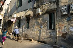 Hanoi, Vietname - 26 de setembro de 2016: Aleia estreita velha na rua de Duong Thanh fotografia de stock