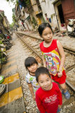 HANOI, VIETNAME - EM MAIO DE 2014: crianças em precários railway Fotografia de Stock