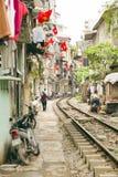 HANOI, VIETNAME - EM MAIO DE 2014: trem que passa através dos precários Imagem de Stock Royalty Free