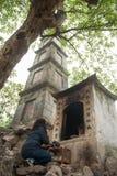 Hanoi, Vietname o 13 de março:: desejo da mulher a rezar para bênçãos em Ngoc Imagem de Stock Royalty Free