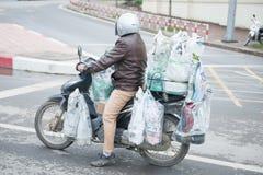 Hanoi, Vietname o 12 de março:: muitos bens na motocicleta de um homem em Han Foto de Stock