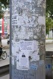 Hanoi, Vietname - Sept 21, 2014: Papéis da propaganda no polo da eletricidade em st de Thanh Xuan, Hanoi, Vietname Fotografia de Stock