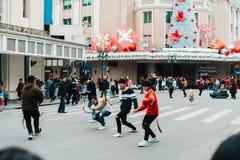 Hanoi, Vietname, 12 20 18: Vida na rua em Hanoi Boyband filma sua vídeo clip no meio da rua imagens de stock royalty free