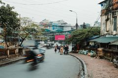 Hanoi, Vietname, 12 20 18: Vida na rua em Hanoi Os polícias tentam multar povos sem um capacete em seus 'trotinette's imagens de stock royalty free