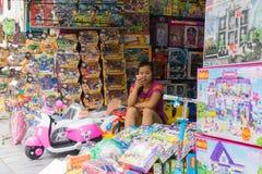 Hanoi Wietnam, Apr, - 5, 2015: Dziecko zabawki sklep w zrozumieniu Może ulica Ostrość na sprzedaży kobiecie Zdjęcia Stock