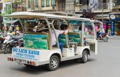Hanoi Wietnam, Apr, - 5, 2015: Elektrycznego pojazdu słuzyć turysta 'zielona wycieczka turysyczna' wokoło starej kwartalnej ulicy Zdjęcie Royalty Free
