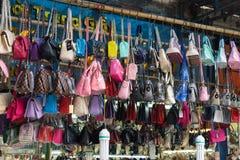 Hanoi Wietnam, Apr, - 5, 2015: Kobiety torba dla sprzedaży w zrozumienia Dau ulicie Zdjęcie Royalty Free
