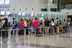 Hanoi Wietnam, Apr, - 29, 2016: Kolejka Azja pasażery w linii przy abordaż bramą przy Noi Bai lotniskiem międzynarodowym fotografia royalty free