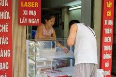 Hanoi Wietnam, Apr, - 5, 2015: Ludzie kupuje biżuterię w złota i srebra sklepie w zrozumienia Bac ulicie, Hoan Kiem okręg Obraz Stock