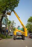 Hanoi Wietnam, Apr, - 24, 2016: Machinalna platforma robić drzewa przycina na Dinh Tien Hoang ulicie, centrum Hanoi kapitał Fotografia Stock