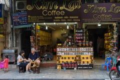 Hanoi Wietnam, Apr, - 5, 2015: Różnorodna gatunku imienia kawa dla sprzedaży w zrozumienia Buom ulicie, Hoan Kiem okręg Wietnam j Obrazy Stock