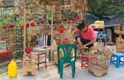 Hanoi Wietnam, Apr, - 5, 2015: Sprzedaż mężczyzna napraw klatka w ptaka kramu w Nguyen Khoai ulicie, Hanoi Fotografia Royalty Free