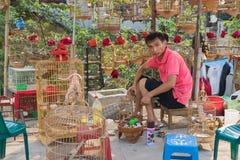 Hanoi Wietnam, Apr, - 5, 2015: Sprzedaż mężczyzna napraw klatka w ptaka kramu w Nguyen Khoai ulicie, Hanoi Zdjęcia Royalty Free