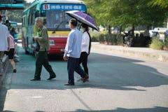 Hanoi Wietnam, Aug, - 22, 2017: Ludzie chodzą przez drogę przed autobusem iść zatrzymywać w Tranu Quang Khai ulicie Żadny odprowa Zdjęcie Stock
