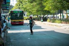 Hanoi Wietnam, Aug, - 22, 2017: Ludzie chodzą przez drogę przed autobusem iść zatrzymywać w Tranu Quang Khai ulicie Żadny odprowa Zdjęcia Royalty Free