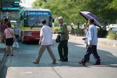 Hanoi Wietnam, Aug, - 22, 2017: Ludzie chodzą przez drogę przed autobusem iść zatrzymywać w Tranu Quang Khai ulicie Żadny odprowa Obraz Royalty Free