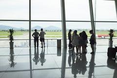Hanoi Wietnam, Czerwiec, - 26, 2015: Pasażerskie sylwetki przy wyjściowym holem, Noi Bai lotnisko międzynarodowe Zdjęcia Royalty Free