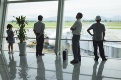 Hanoi Wietnam, Czerwiec, - 26, 2015: Pasażerskie sylwetki przy wyjściowym holem, Noi Bai lotnisko międzynarodowe Fotografia Stock