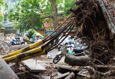 Hanoi Wietnam, Czerwiec, - 14, 2015: Spadać drzewo uszkadzający na ulicie naturalną ciężką wiatrową burzą w Minh Khai ulicie Obrazy Stock