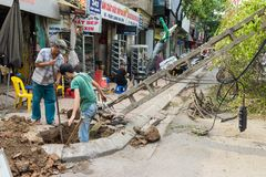Hanoi Wietnam, Czerwiec, - 14, 2015: Spadać elektryczny słup uszkadzający na ulicie naturalną ciężką wiatrową burzą w Kim Nguu ul Obrazy Stock