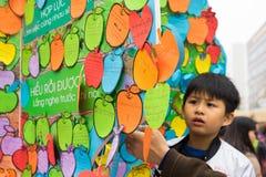 Hanoi Wietnam, Feb, - 7, 2015: Dziecka ` s obietnicy pisać na papieru obwieszeniu na drzewie przy Wietnamskim księżycowym nowego  Obrazy Stock