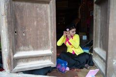 Hanoi Wietnam, Jun, - 22, 2017: Aktorka robi up przy wioską zanim tradycyjna operetka w społecznym domu W ten sposób, Quoc Oai ok obraz stock