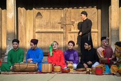 Hanoi Wietnam, Jun, - 22, 2017: Muzyka ludowa zespołu obsiadanie na podwórzu społeczny dom przy wioską W ten sposób, Quoc Oai okr Fotografia Royalty Free