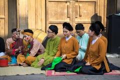 Hanoi Wietnam, Jun, - 22, 2017: Muzyka ludowa zespołu obsiadanie na podwórzu społeczny dom przy wioską W ten sposób, Quoc Oai okr Obrazy Royalty Free